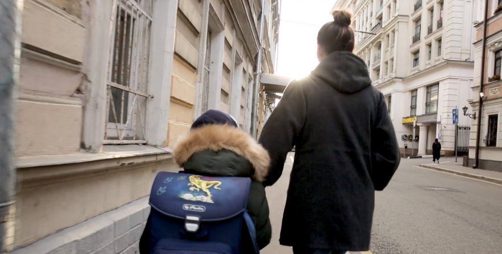 Английская гувернантка сопровождает ребенка