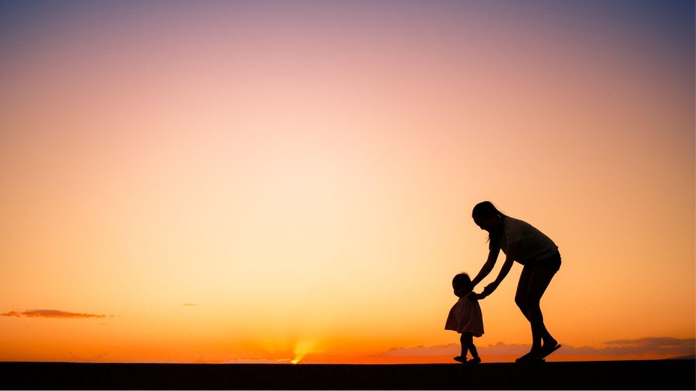 Няня из Англии сопровождает ребенка
